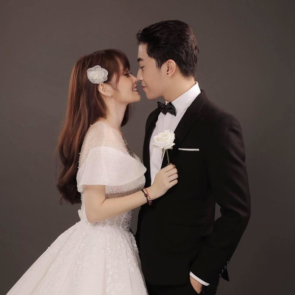 Cris Phan gửi thiệp cưới, Hải Triều hoang mang không biết mời hay chửi