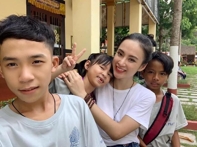 Angela Phương Trinh rời xa showbiz, diện đồ giản dị tham gia khóa tu
