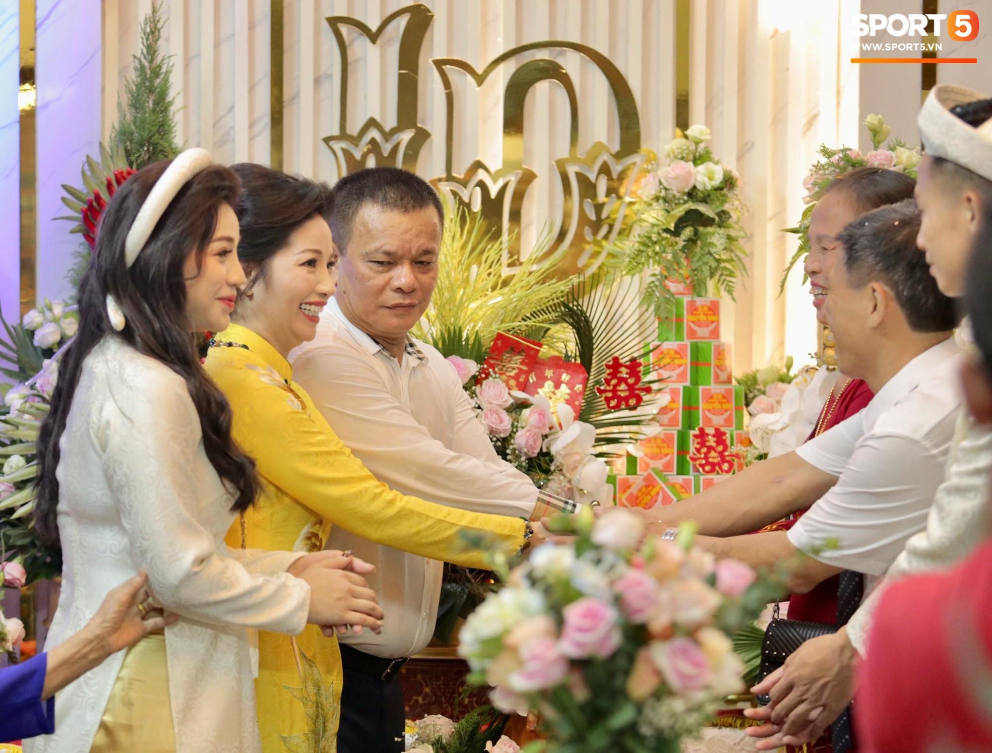 Đám hỏi hoành tráng của trung vệ Bùi Tiến Dũng: Gia đình làm lễ gia tiên, cô dâu chú rể ra mắt hai họ