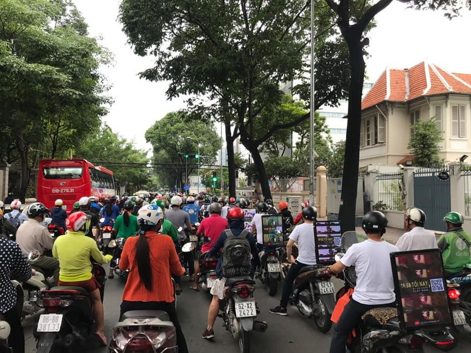 Chơi lớn như Sky: Thuê dàn xe và biển hiệu chạy khắp Sài Gòn quảng bá cho Hãy trao cho anh của Sơn Tùng M-TP