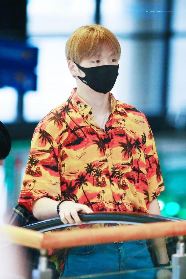Không chỉ đụng hàng Mino, Sơn Tùng M-TP còn có khoảnh khắc diện đồ đôi với Kang Daniel trong Hãy trao cho anh