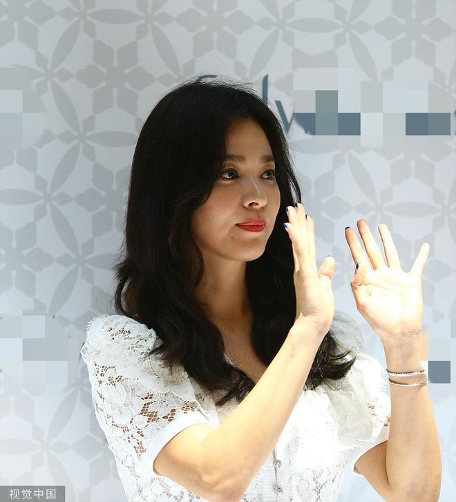 Loạt ảnh chụp vội của Song Hye Kyo gây sốt giữa bão ly hôn: Đúng là nhan sắc, thần thái bất chấp tất cả!