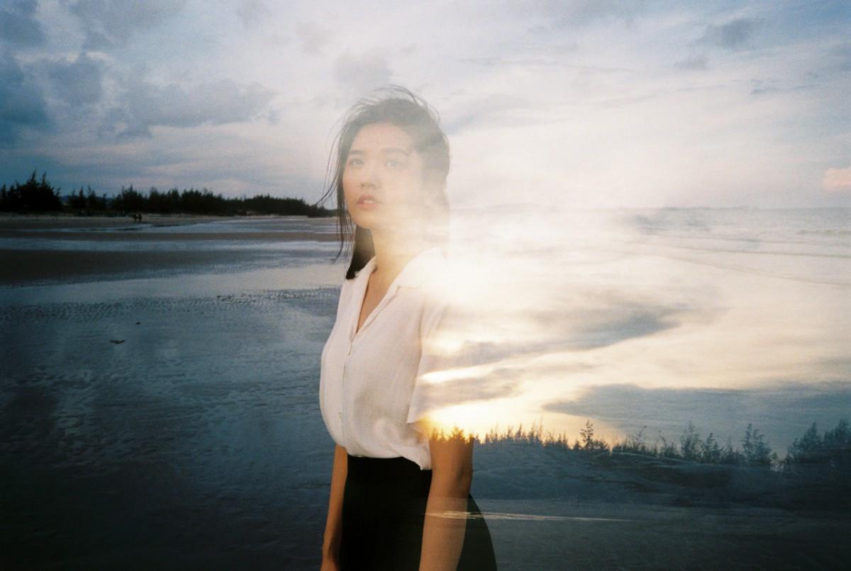 Đạo diễn của nhóm nhạc BTS khai thác vẻ đẹp dịu dàng chưa từng thấy của Suni Hạ Linh trong MV mới
