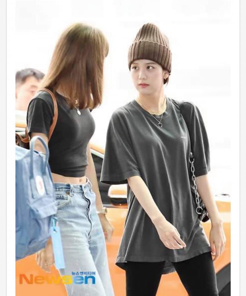 Đánh lẻ ra sân bay, Jisoo và Lisa còn gây bão với phản ứng siêu đáng yêu khi được hỏi đang đi đâu
