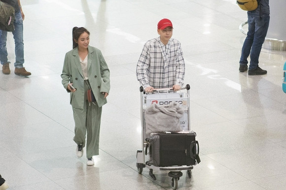 Sao nữ Thiên tài bất hảo đẹp rạng rỡ đến Việt Nam, Osad ra tận sân bay chào đón