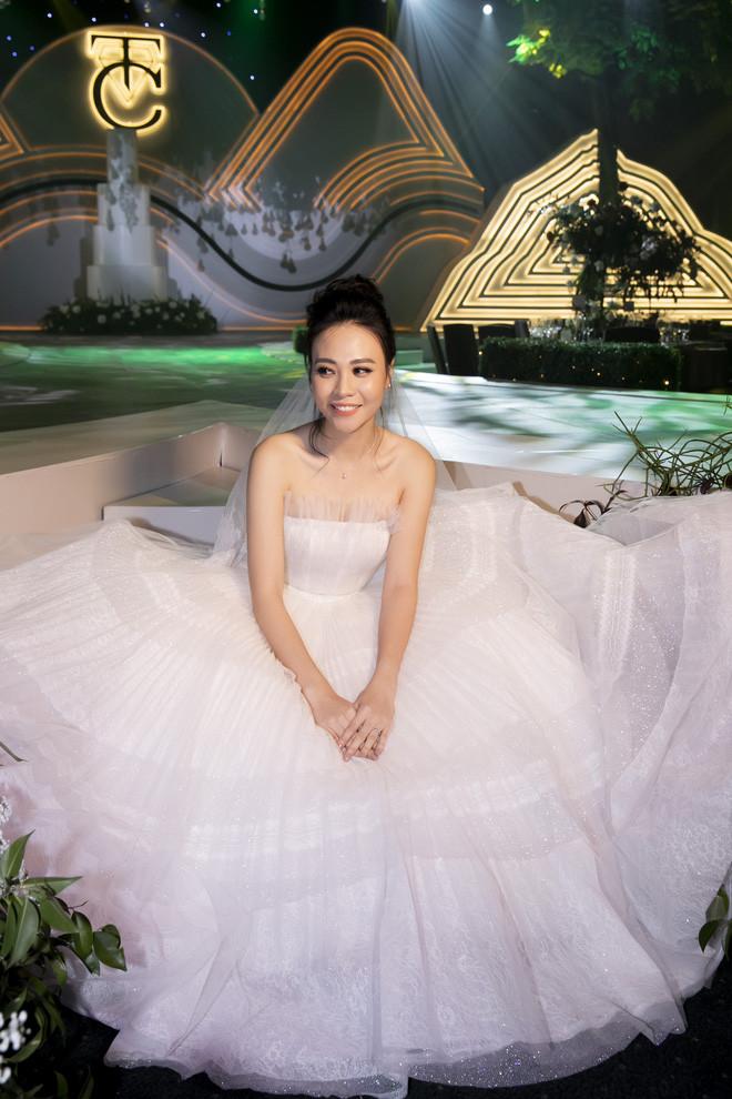 Hậu trường hôn lễ Đàm Thu Trang và Cường Đô La: Cô dâu đẹp xuất sắc trong bộ váy cưới, e ấp hạnh phúc bên chú rể