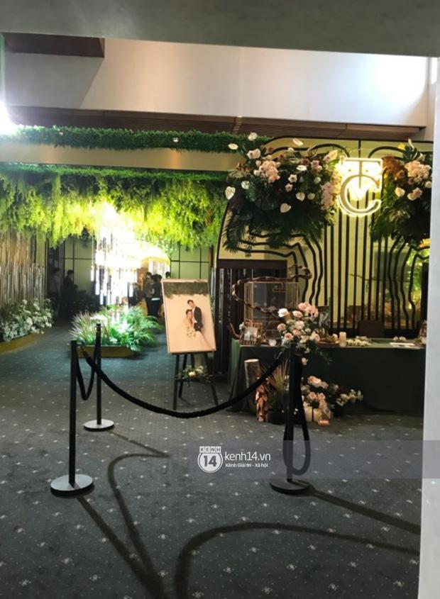 Loạt ảnh hiếm hoi không gian cưới ngập sắc xanh của Đàm Thu Trang - Cường Đô La