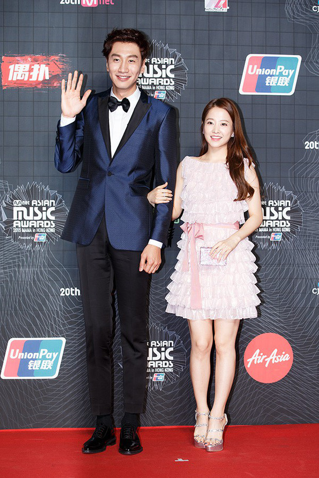 """Lee Kwang Soo """"trốn"""" bạn gái để hẹn hò với cô bạn thân nấm lùn Park Bo Young"""