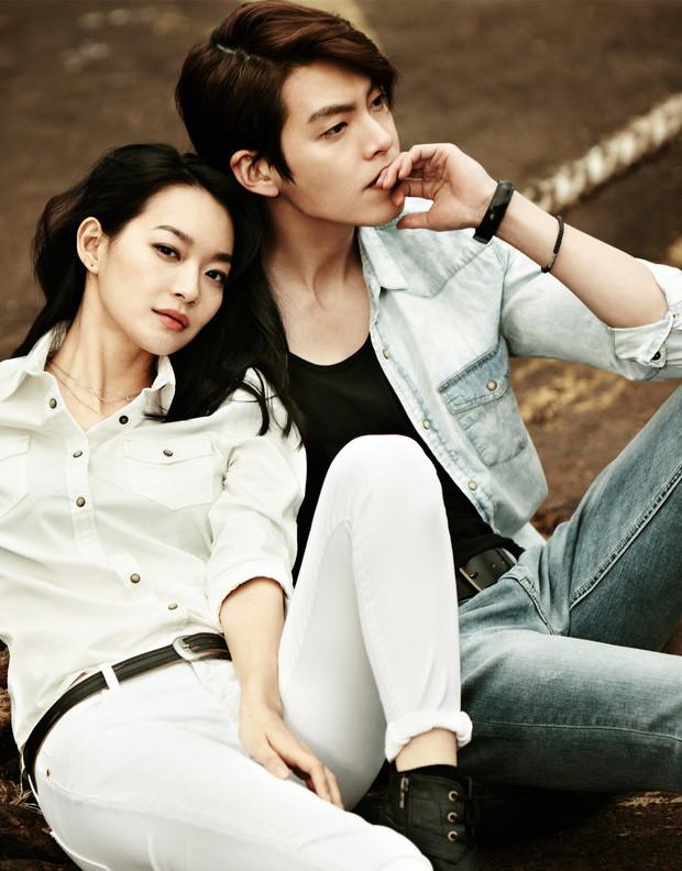 Sau thời gian dài im ắng, tài tử Kim Woo Bin gây sốt vì thể hiện tình cảm với Shin Min Ah mặc kệ trời nắng nóng