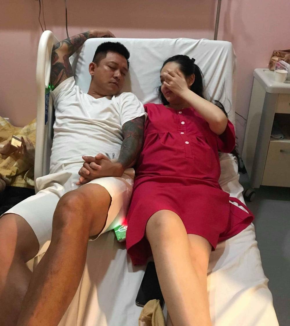Tuấn Hưng thức đêm nằm quạt tay cho vợ và con trai vừa sinh ngủ vì nhà mất điện