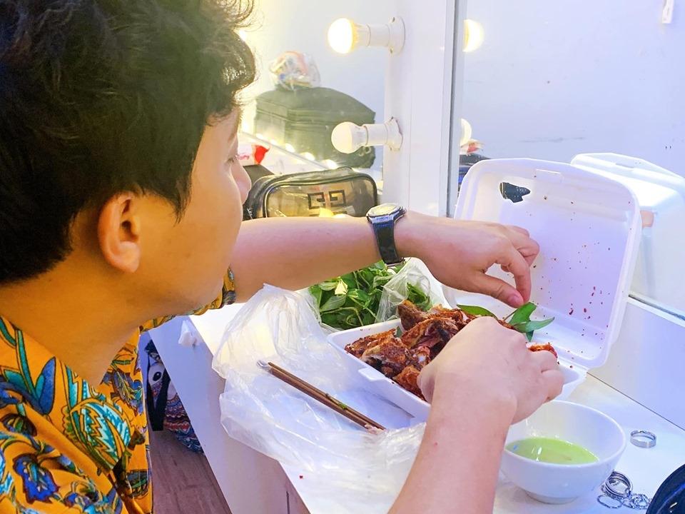 Cạn lời trước thực đơn ăn kiêng của Trấn Thành qua lời MC Đại Nghĩa: gà nướng, cà phê, sữa tươi trân châu