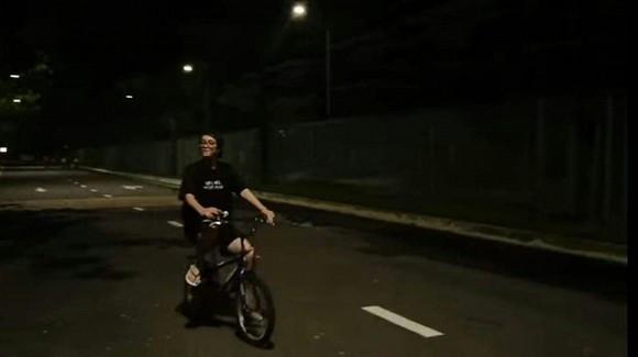 Mặc tin đồn tình cảm của Hiền Hồ và B Ray, Bùi Anh Tuấn lại nhí nhảnh đạp xe, bấm còi giữa đêm khuya
