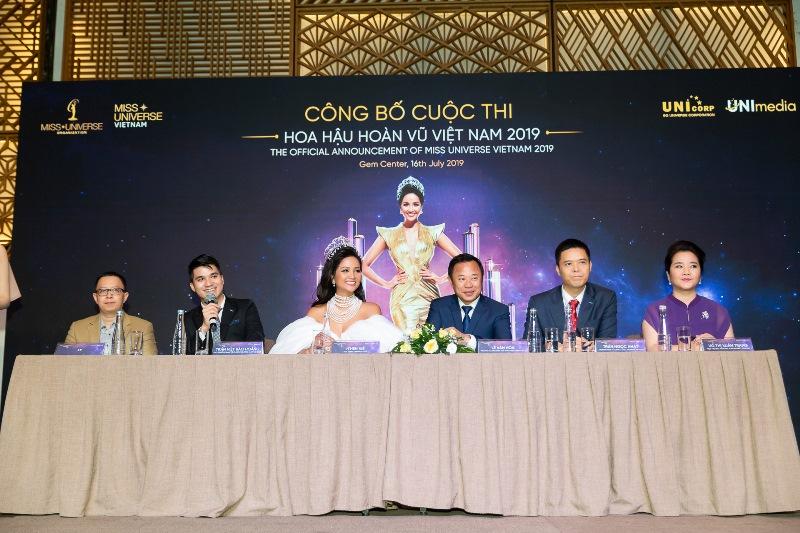 Thanh Hằng và nhà thiết kế Công Trí ngồi ghế giám khảo Hoa hậu Hoàn vũ Việt Nam 2019