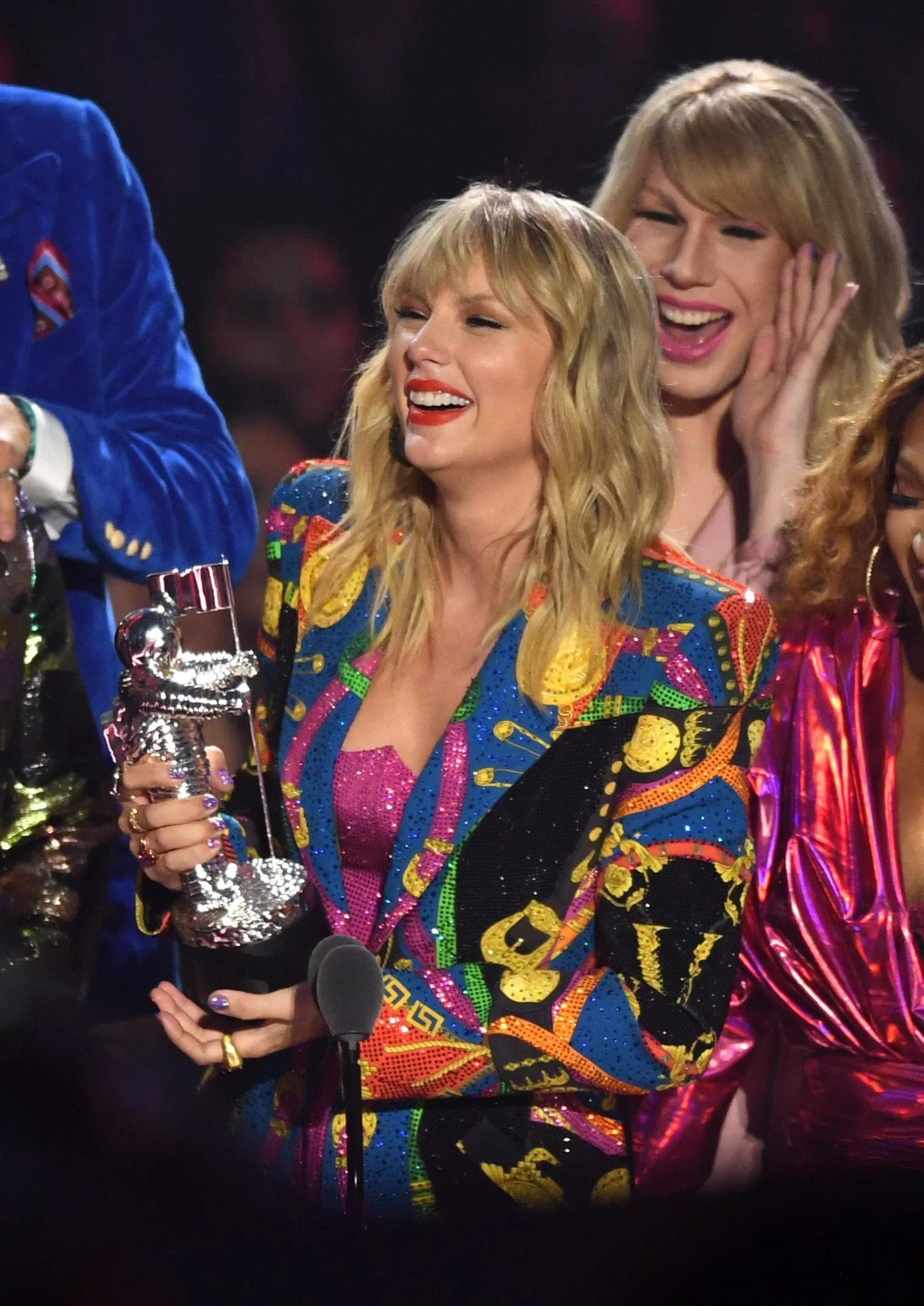 Danh sách giải thưởng MTV VMAs: Taylor Swift đại thắng, Ariana Grande ngồi nhà vẫn rinh cúp Nghệ sĩ của năm