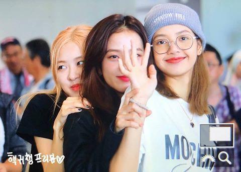 BLACKPINK lại gây náo loạn sân bay: Jisoo diện suit ngầu như tổng tài, Lisa và Rosé lại xinh như búp bê
