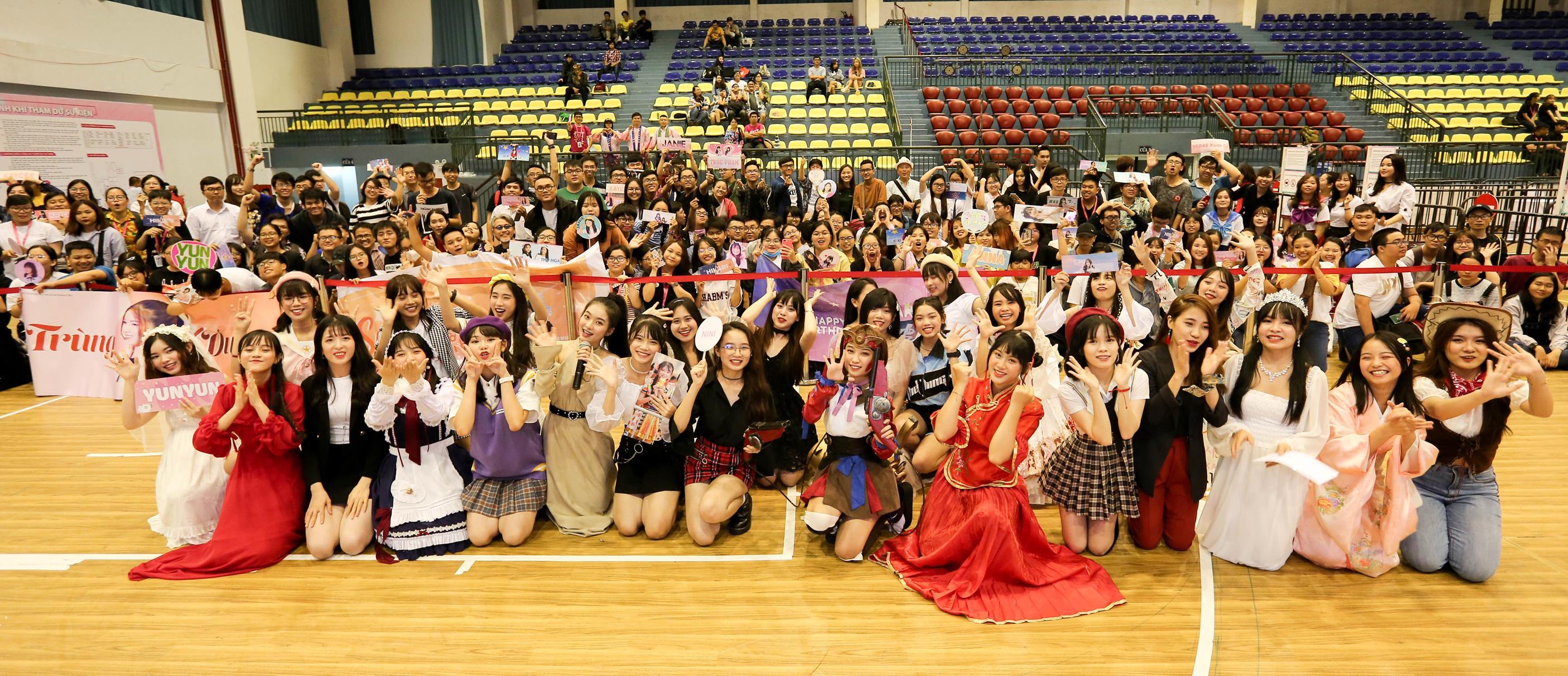 """Fan SGO48 chi luôn 10 triệu """"bóc"""" single tại chỗ để lấy vé nắm tay thần  tượng tại sự kiện Handshake TP.HCM"""