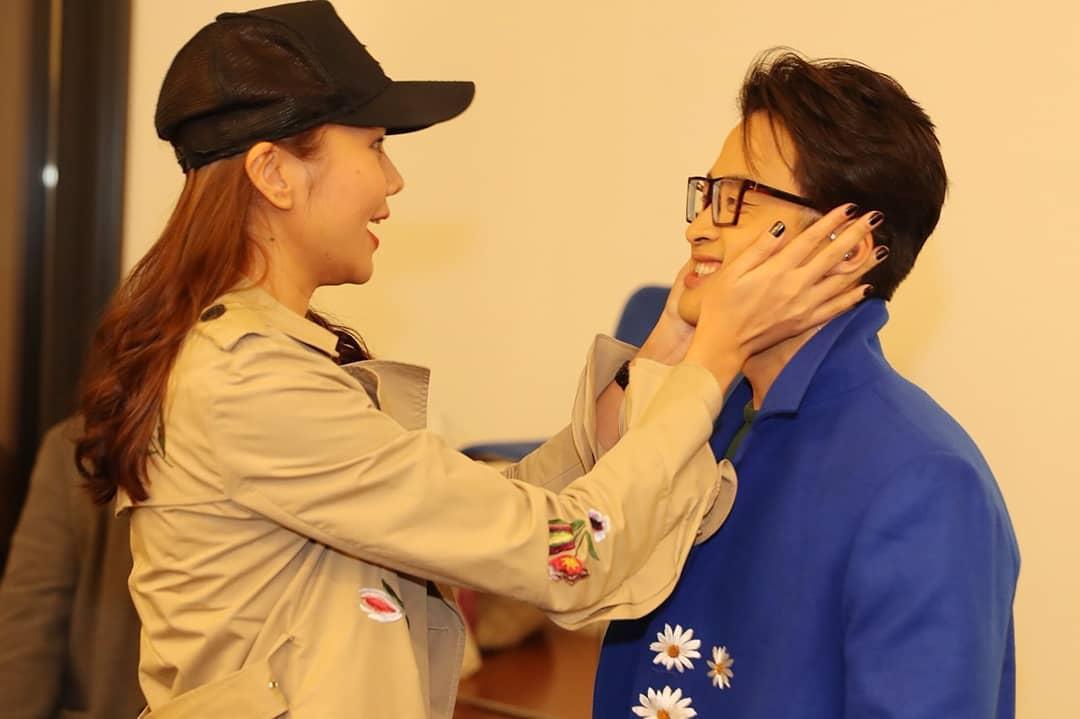 Thanh Hằng nựng má Hà Anh Tuấn cực đáng yêu trong live show ở Hội An