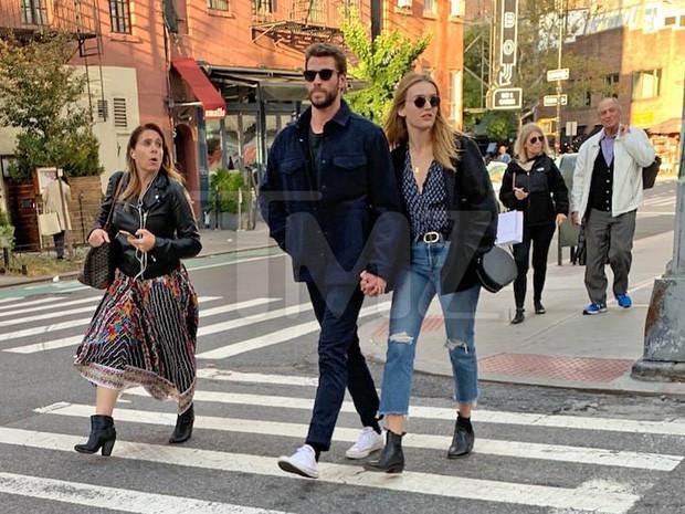 Trong khi Miley Cyrus tình tứ bên phi công trẻ, Liam Hemsworth cũng ngọt ngào không kém với bạn gái mới xinh đẹp