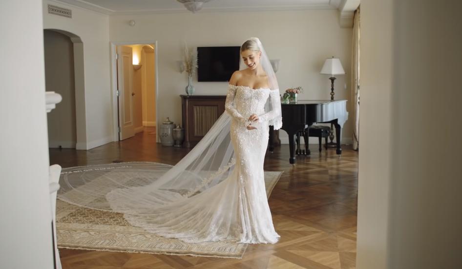 Trụy tim trước nhan sắc lộng lẫy của Hailey Bieber trong clip hậu trường thử váy cưới