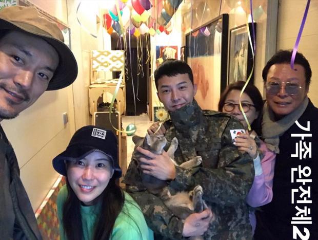 Ảnh gia đình của G-Dragon gây sốt: Thủ lĩnh Big Bang siêu đẹp trai, vợ chồng chị gái gây chú ý vì nhan sắc cực phẩm
