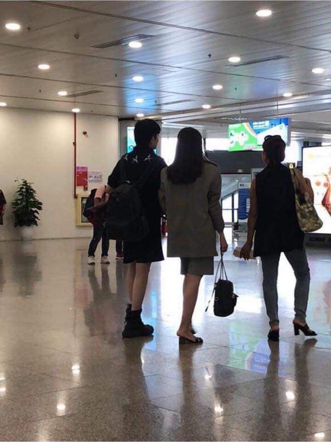 Vừa lộ ảnh kề vai tình tứ, Gil Lê và Hoàng Thùy Linh lại xuất hiện cùng nhau bên hội bạn thân nổi tiếng
