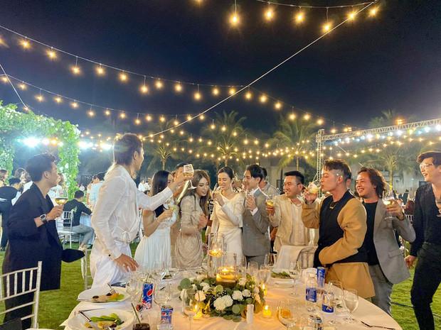 Giữa đám đông tưng bừng nhảy múa, Hari Won vẫn ngồi ăn tỉnh bơ, còn gọi chồng vào múa lửa góp vui