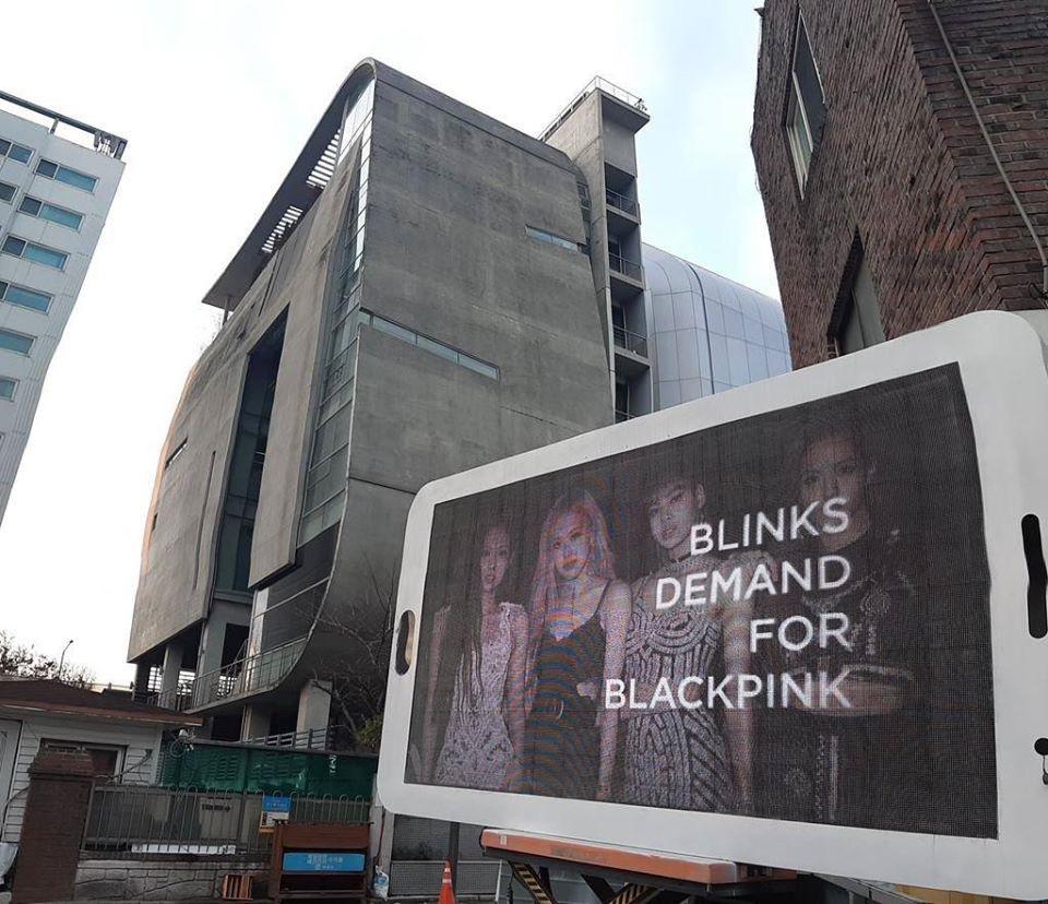 Blinks thuê xe tải gửi tối hậu thư đến YG, đòi lại công bằng cho BLACKPINK