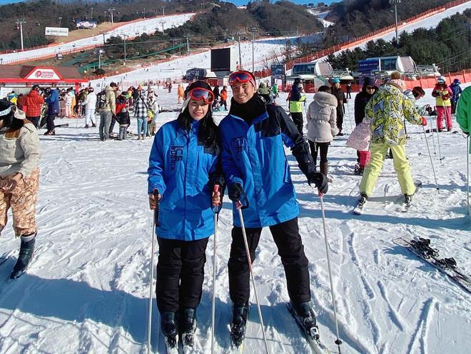 Vợ chồng Tiến Dũng - Khánh Linh vi vu Hàn Quốc mừng năm mới, không quên đến thăm Xuân Trường