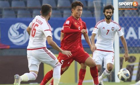 [VCK U23 châu Á] Việt Nam 0-0 UAE (H1): Thủ thành Bùi Tiến Dũng băng ra bắt bóng tự tin