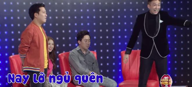 Trấn Thành ngủ gật trong hậu trường vì làm việc quá sức, Hari Won tiết lộ chồng nhiều ngày không ngủ