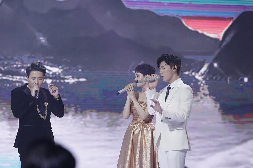 Trấn Thành khiến fan trầm trồ khi hát live Hết thương cạn nhớ cực hay cùng Hiền Hồ và Erik
