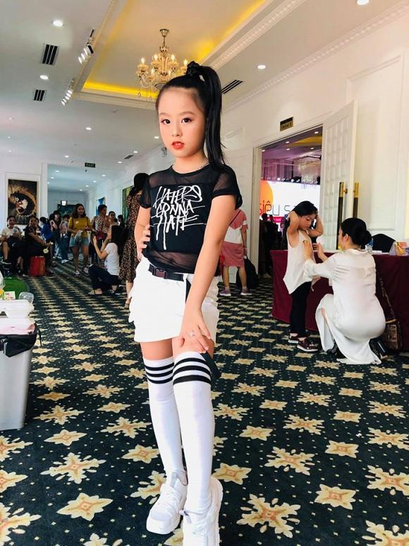 Cháu gái Duy Mạnh chiếm spotlight với màn catwalk cực chuyên nghiệp trong đám cưới