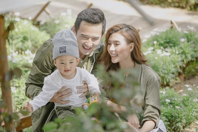 Quý tử nhà Lương Thế Thành - Thúy Diễm mới 1 tuổi đã kiếm được tiền, chuyên nghiệp không thua bố mẹ