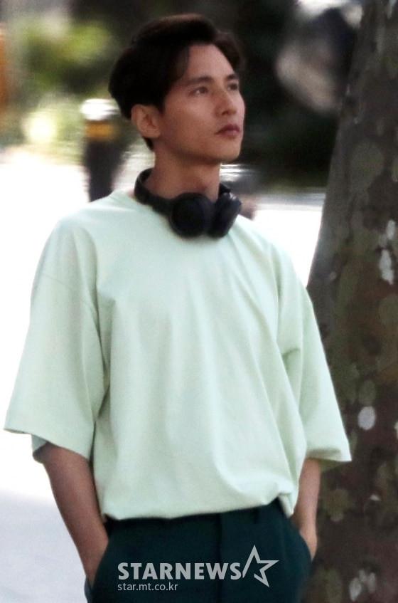 Phát sốt với ảnh chụp lén Won Bin trên phố: Nhan sắc không hề thay đổi sau 20 năm