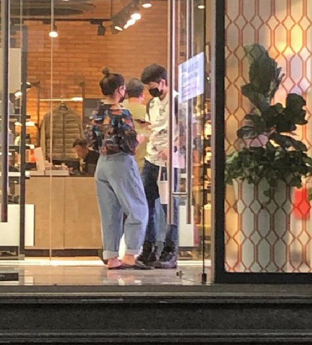 Bắt gặp Gil Lê đi mua sắm cùng Hoàng Thùy Linh sau ồn ào liên quan đến Chi Pu
