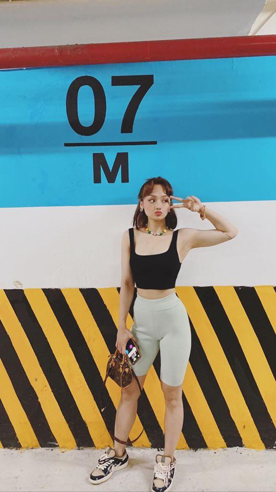 Miu Lê gây tranh cãi khi vô tư gác chân lên ghế quán ăn để chụp ảnh