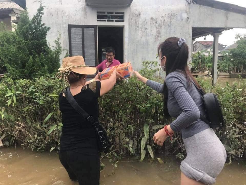 Phẫn nộ việc Thủy Tiên bị sᴏɪ ᴠòɴɢ ? khi đi trao quà cứu trợ miền Trung