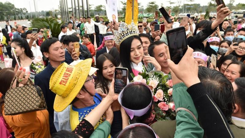 Hàng trăm người dân chào đón Hoa hậu Đỗ Thị Hà trở về quê hương