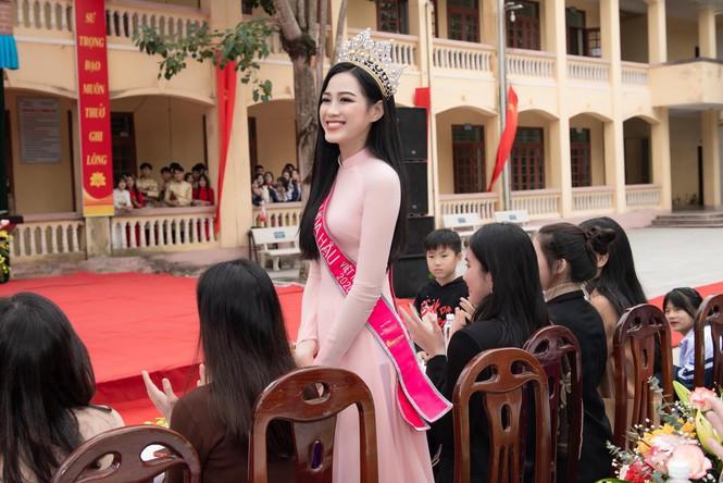 Hoa hậu Đỗ Thị Hà ghi điểm khi trở về trường cấp 3 hậu đăng quang