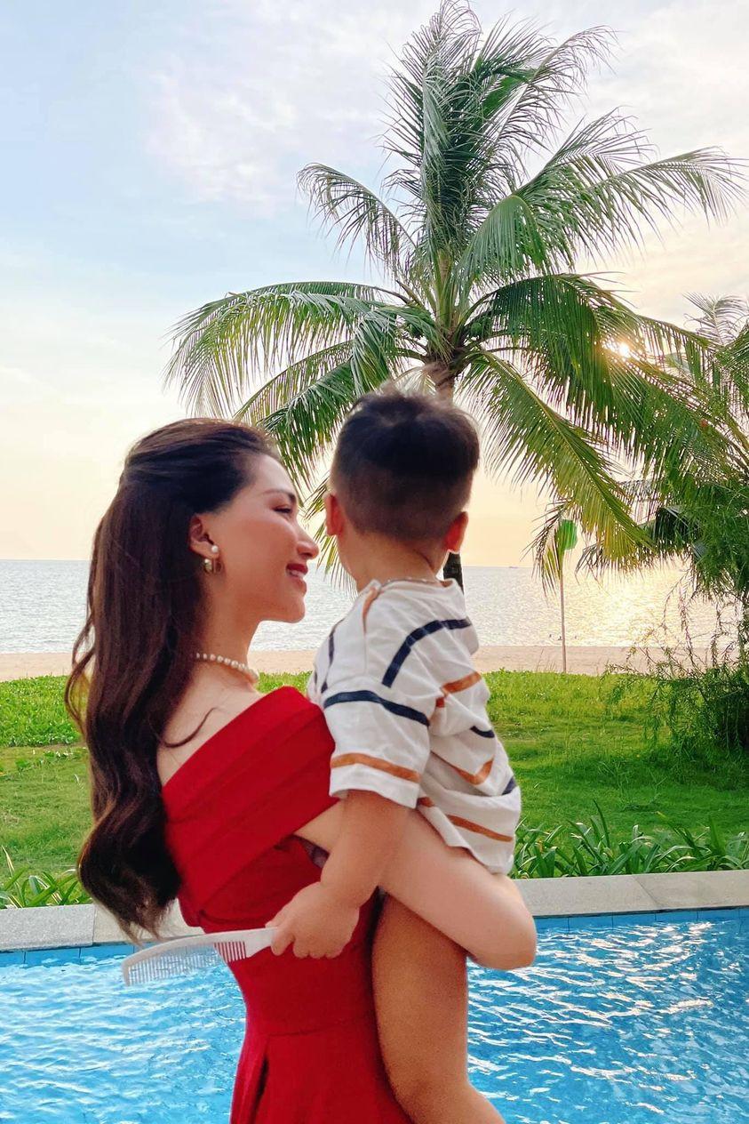 Hòa Minzy khoe ảnh ngắm hoàng hôn bên con trai, ông xã tiết lộ điểm chứng minh quý tử có tiềm năng nối nghiệp mẹ