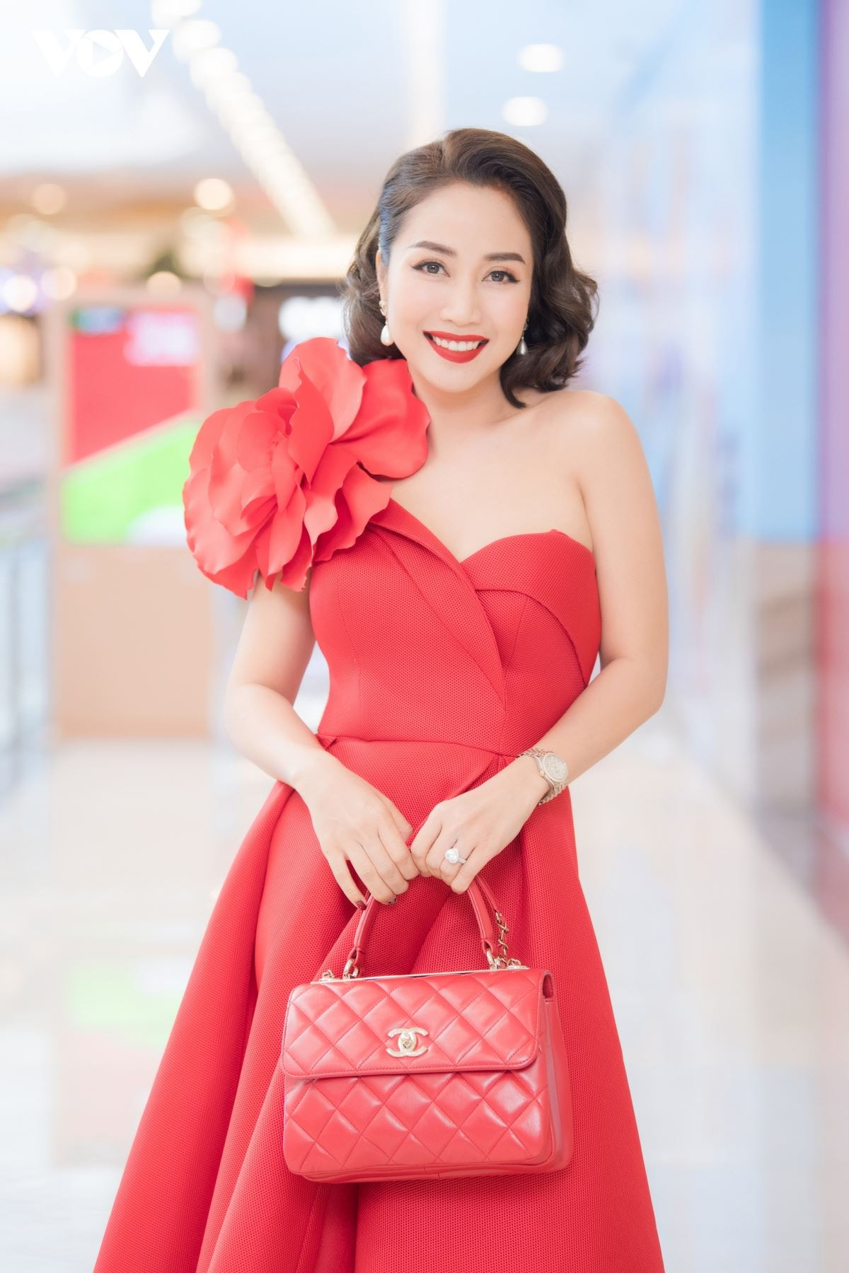 Khen ngợi Cindy Lư khéo léo, thông minh, Ốc Thanh Vân gây tranh cãi gay gắt