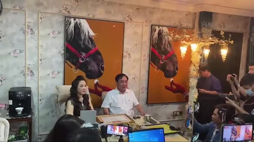 Sự thật sau mỗi livestream của bà Phương Hằng: Như chiến trận với hơn chục người hùng hậu, nhân vật cộm cán bí mật duyệt nội dung cho bà Hằng mới gây bất ngờ!