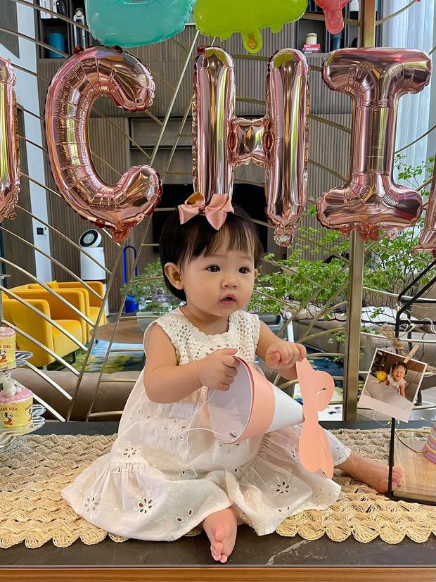 Tiệc thôi nôi nhà Cường Đô La: Lần đầu công khai tên thật của Suchin, mẹ chồng đại gia của Đàm Thu Trang lộ diện