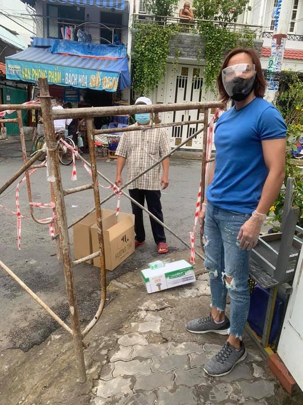 NS Việt Hương đích thân trao xe cứu thương trị giá 3 tỷ cho ông Đoàn Ngọc Hải: Hành động đẹp lan toả giữa mùa dịch!