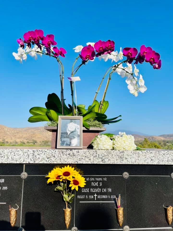 Thúy Nga xúc động khi cùng bà xã danh hài Chí Tài đi viếng mộ cố nghệ sĩ