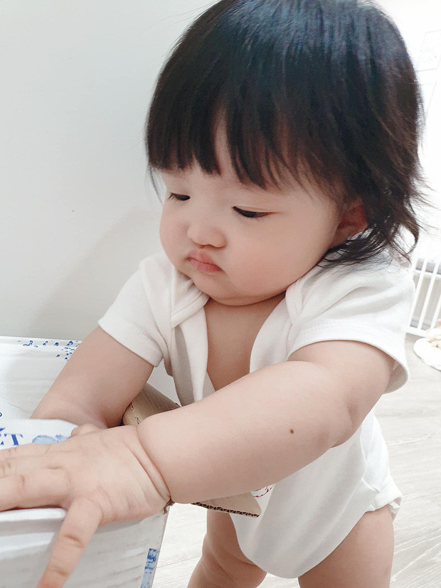 Con gái Đông Nhi bày trò quậy phá, biểu cảm khi bị bắt quả tang khiến netizen lụi tim vì quá đáng yêu