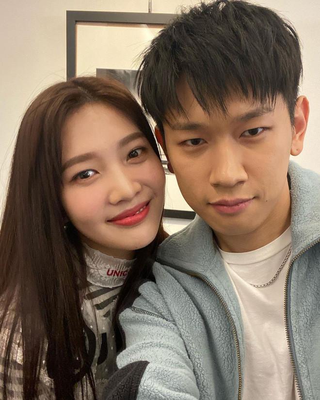 KBiz có thêm một cặp đôi trai tài gái sắc: Nữ thần Joy (Red Velvet) hẹn hò nam ca sĩ Goblin, SM và P-NATION đồng loạt xác nhận!