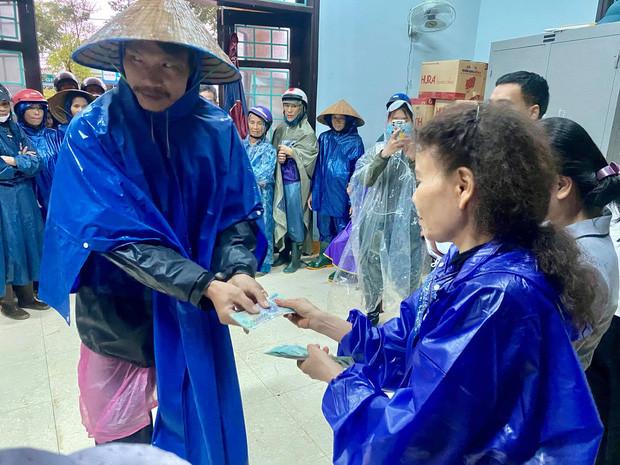Đến mẹ Hà Hồ bị soi chi tiết gây tranh cãi, chỉ ghi tên cá nhân và con gái khi phát tiền trong đợt cứu trợ miền Trung?