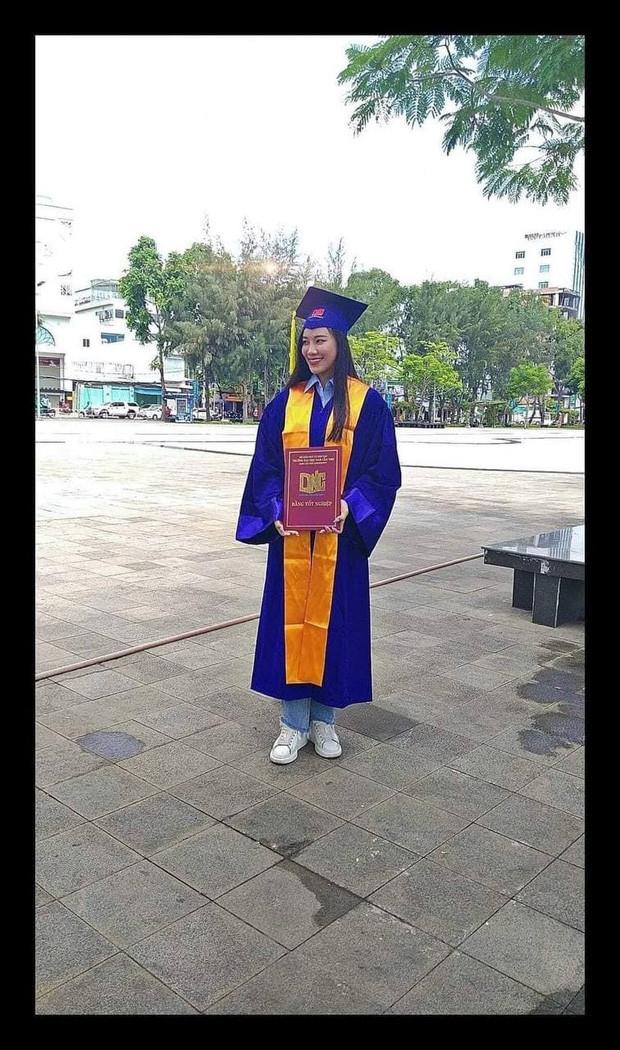 Rò rỉ hình ảnh Á hậu Kim Duyên cầm bằng tốt nghiệp nhưng đã bị Thôi học, nợ đến 43 tín chỉ?