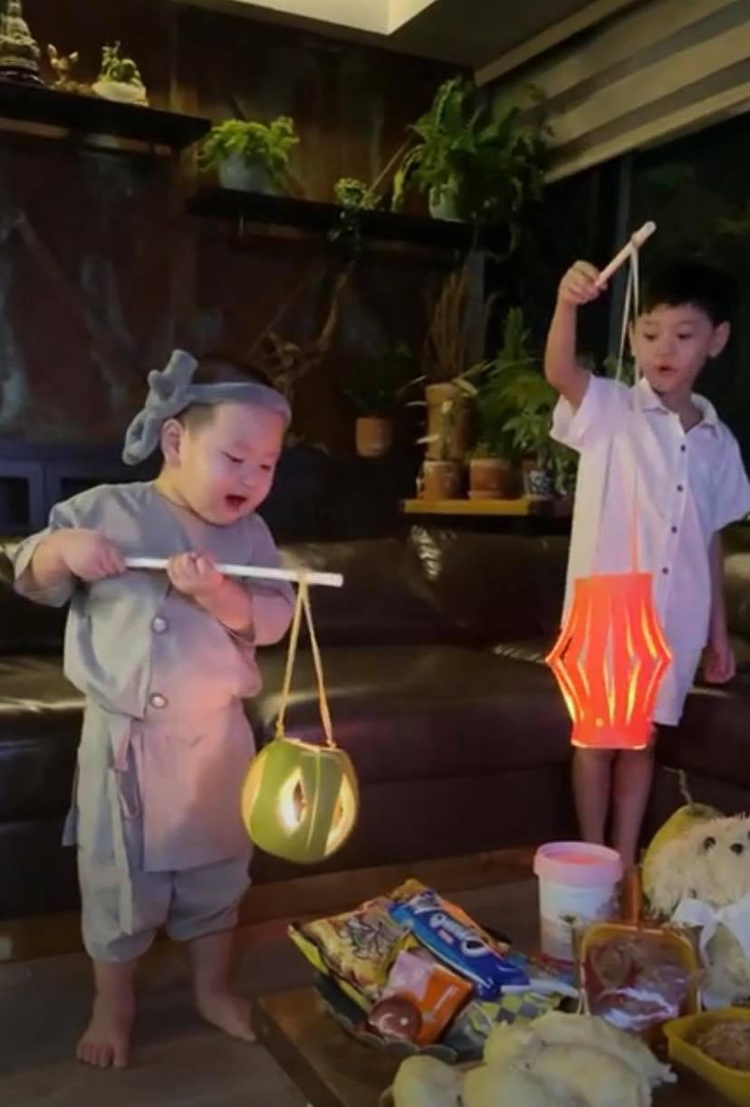 Hội nhóc tỳ nhà sao Việt trong đêm Trung thu: Con trai Hòa Minzy biểu cảm cực hài, ái nữ nhà Cường Đô La diện áo dài điệu đà